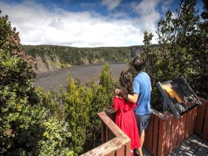 Couple at Puʻu Puaʻi Overlook